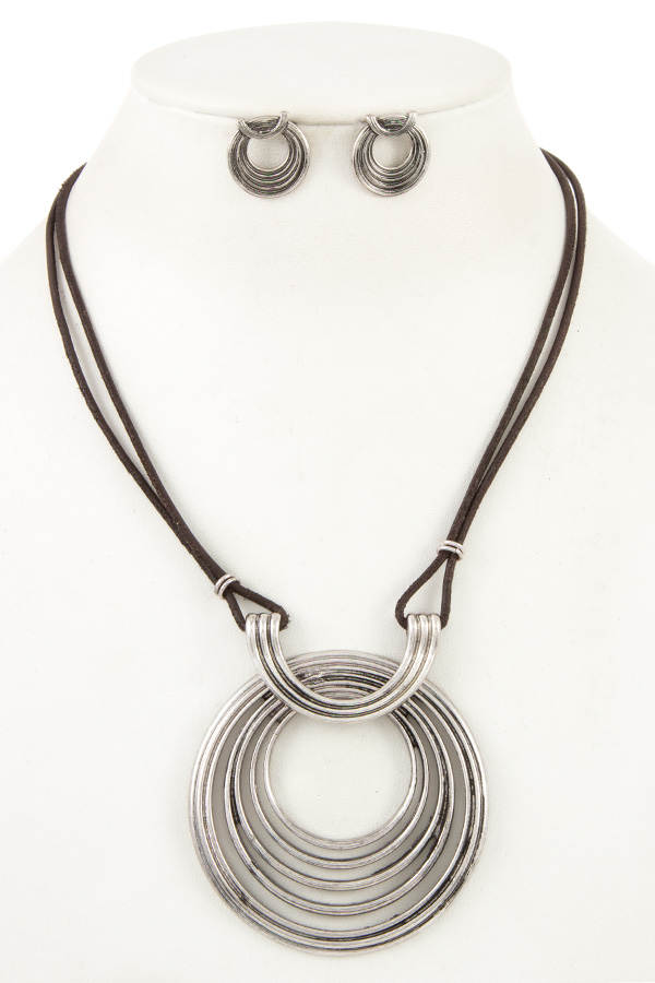 MULTI RING FAUX SUEDE CORD NECKLACE SET