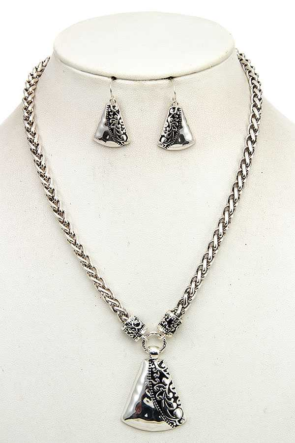 DETAILED METAL PENDANT NECKLACE SET